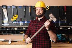 751bcb9e152 Constructor en el casco de protección que celebra la mirada disponible del  martillo feliz en leva