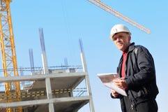 Constructor en el emplazamiento de la obra Foto de archivo