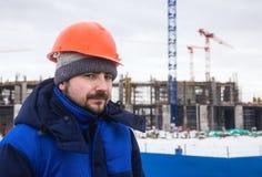 Constructor en el fondo del edificio del invierno Foto de archivo