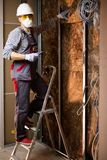 Constructor en el nuevo apartamento foto de archivo libre de regalías