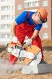 Constructor en el trabajo del encintado del corte Foto de archivo libre de regalías