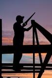 Constructor en los trabajos del material para techos Imágenes de archivo libres de regalías