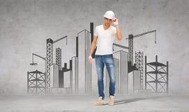 Constructor hermoso en casco y guantes Fotos de archivo