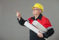 Constructor maduro que lleva a cabo proyectos y que indica algo para arriba imagenes de archivo