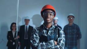 Constructor negro que pone el equipo protector metrajes