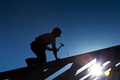Constructor o carpintero que trabaja en la azotea Imágenes de archivo libres de regalías