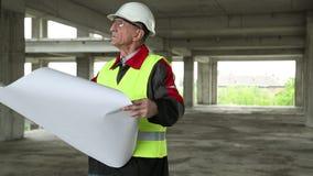Constructor principal con los dibujos de estudio en el emplazamiento de la obra metrajes