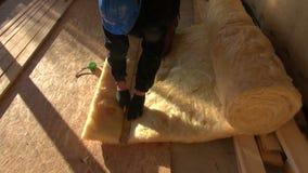 Constructor que mide y que corta las lanas minerales almacen de metraje de vídeo