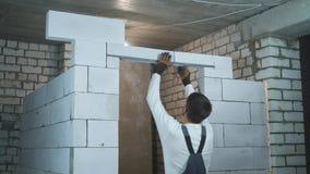 Constructor que refuerza la entrada con la barra de acero de la armadura almacen de metraje de vídeo