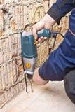 Constructor que trabaja con un perforador Fotografía de archivo libre de regalías