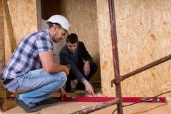 Constructor y arquitecto Inspecting Building Doorway Imágenes de archivo libres de regalías