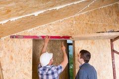 Constructor y arquitecto Inspecting Door Frame Imagen de archivo libre de regalías