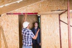 Constructor y arquitecto Inspecting Door Frame Fotografía de archivo
