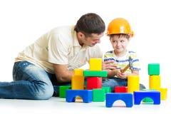 Constructores del juego del muchacho y del padre del niño Fotos de archivo