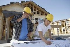 Constructores en el emplazamiento de la obra Imagen de archivo libre de regalías