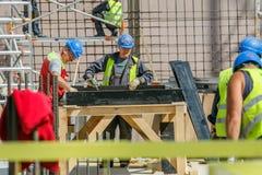 Constructores en el emplazamiento de la obra fotos de archivo