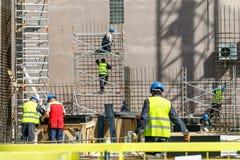 Constructores en el emplazamiento de la obra fotografía de archivo libre de regalías