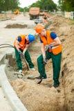 Constructores en un emplazamiento de la obra Foto de archivo