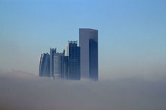 Construções do arranha-céus cercadas pela névoa Fotografia de Stock Royalty Free