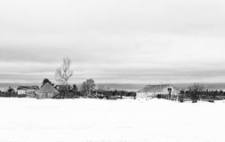 Construções velhas na jarda de exploração agrícola abandonada Fotografia de Stock