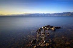 Construido del embarcadero de piedra en el lago Baikal Fotografía de archivo