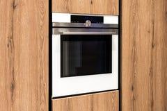 Construido en horno moderno en gabinetes de madera imágenes de archivo libres de regalías