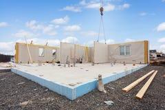 Construindo a casa eficiente da energia Painéis isolados estruturais com os tubos plásticos na fundação imagem de stock