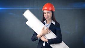 Construindo, conceito tornar-se, de consrtuction e de arquitetura - mulher de negócios no capacete alaranjado com modelo imagem de stock royalty free