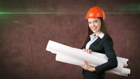 Construindo, conceito tornar-se, de consrtuction e de arquitetura - mulher de negócios no capacete alaranjado com modelo fotos de stock royalty free