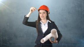 Construindo, conceito tornar-se, de consrtuction e de arquitetura - mulher de negócios no capacete alaranjado com modelo Foto de Stock Royalty Free