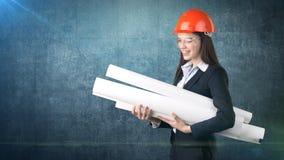 Construindo, conceito tornar-se, de consrtuction e de arquitetura - mulher de negócios no capacete alaranjado, vidros com modelo imagens de stock