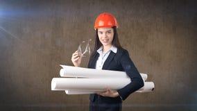 Construindo, conceito tornar-se, de consrtuction e de arquitetura - mulher de negócios no capacete alaranjado, vidros com modelo foto de stock