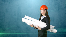 Construindo, conceito tornar-se, de consrtuction e de arquitetura - mulher de negócios no capacete alaranjado, vidros com modelo imagem de stock royalty free