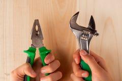 Construindo ferramentas, ajuste das ferramentas um painel de madeira com espaço vazio para sua texto ou imagem fotografia de stock royalty free