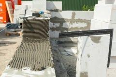 Construindo a fundação com bloco de cimento ventilado ventilado Foto de Stock
