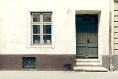 Construindo a porta exterior, velha da construção Cidade velha Riga, Letónia fotos de stock royalty free