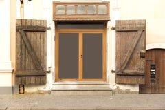 Construindo a porta exterior, velha da construção Cidade velha Riga, Letónia imagem de stock