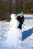 Construindo um boneco de neve Fotografia de Stock Royalty Free