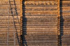 Construindo uma casa dos registros: a parede e as escadas Imagem de Stock Royalty Free
