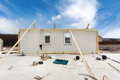 Construindo uma casa isolada estrutural de quadro de painéis fotografia de stock royalty free