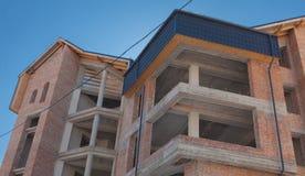 Construindo uma casa nova, uma construção nova, uma casa colorida para a vida Desenvolvimento da área residencial Conceito do cre Imagens de Stock Royalty Free