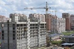 Construindo uma casa nova em uma área residencial imagem de stock royalty free