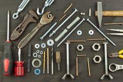 Construindo uma casa para a família Necessário para construir Componentes da construção Parafusos e ferramentas para construir fotos de stock royalty free