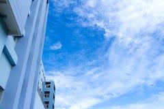 Construindo uma cena no céu azul e nas nuvens para o fundo, copie o espaço Imagem de Stock