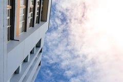 Construindo uma cena no céu azul e nas nuvens para o fundo, copie o espaço Fotos de Stock Royalty Free