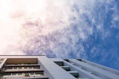 Construindo uma cena no céu azul e nas nuvens para o fundo, copie o espaço Foto de Stock Royalty Free