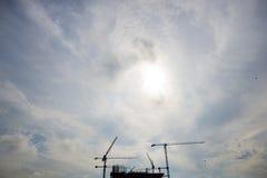 Construindo uma construção com guindastes grandes Foto de Stock