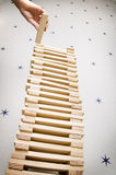 Construindo uma torre elevada com blocos Imagem de Stock Royalty Free