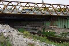 Construire en bois avec d'un nouveau pont image stock