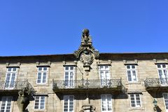Construisant avec la sculpture en atlas, le manteau des bras et les balustrades de fer Pazo de Bendaña Plaza del Toural, Santiag photos stock